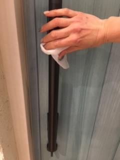 ドアの手すりをアルコール除菌しています
